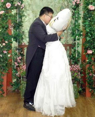 Otaku: Joven coreano se casa con su almohada