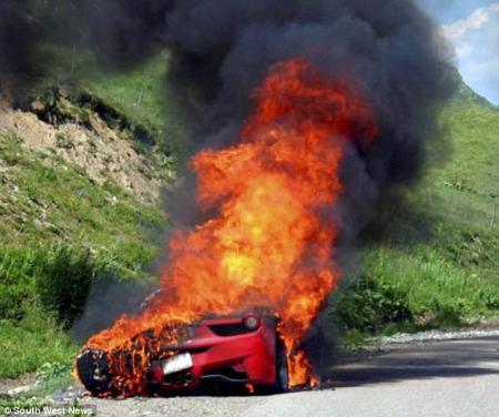 ferrari consumiendose por las llamas luego de accidente imagen