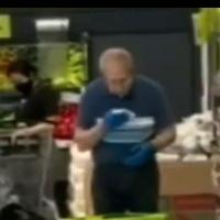 Empleado de supermercado limpia las canastas de compras con saliva